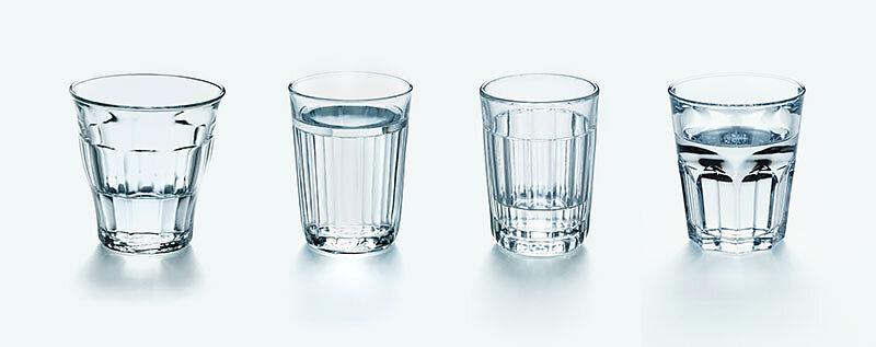 4 Wassergläser unterschiedlich gefüllt