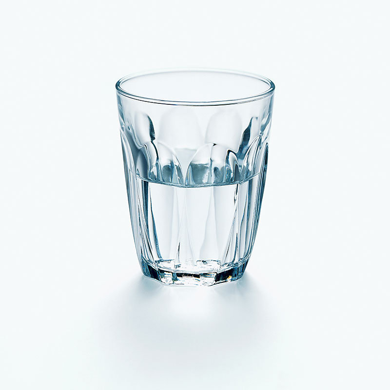 Wasserglas halbvoll