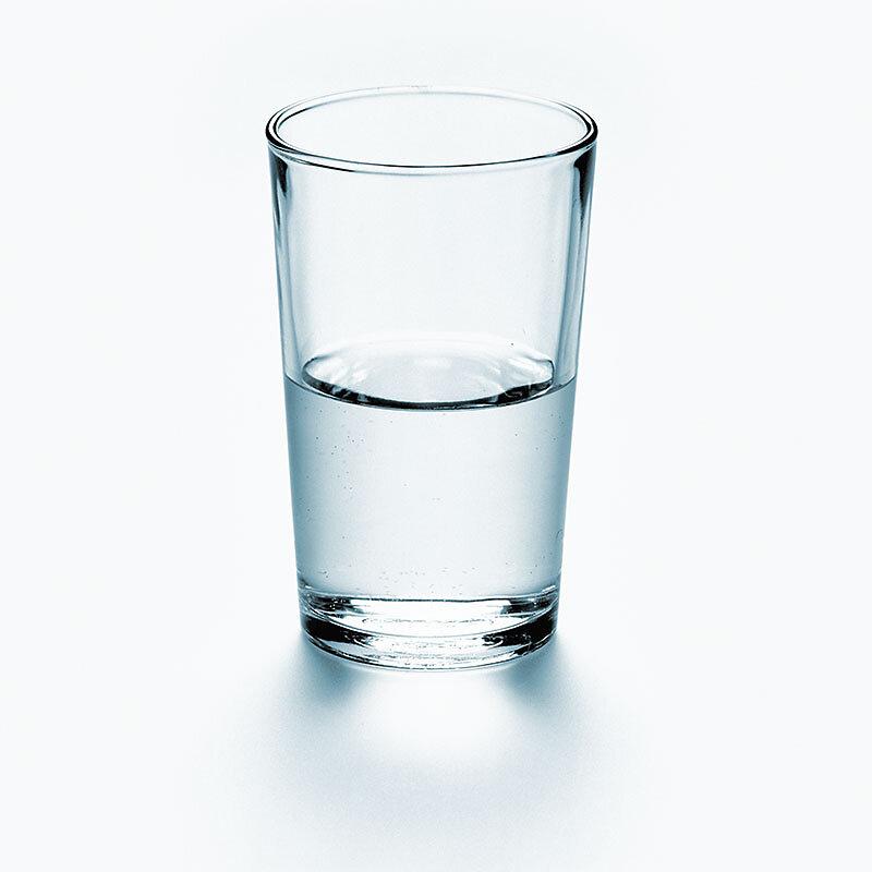 halbleeres Wasserglas